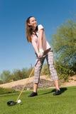 女性高尔夫球运动员 免版税库存图片