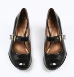女性黑色被涂清漆的鞋子 库存图片