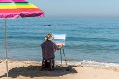 女性,艺术家绘画海边场面,巴亚尔塔港,墨西哥 免版税库存照片