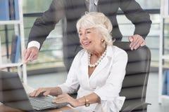 女性主任在办公室 免版税库存照片