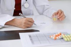 女性医学医生填满处方形式对耐心特写镜头 万能药和生活保存,规定治疗, lega 免版税图库摄影