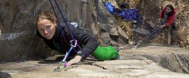 女性登山人 免版税图库摄影