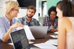 女性经理主导的会议在办公室 免版税库存图片