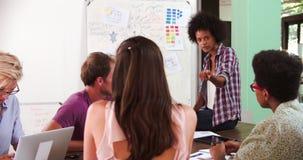 女性经理主导的激发灵感会议在办公室 股票录像