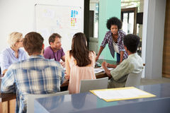 女性经理主导的激发灵感会议在办公室 库存图片