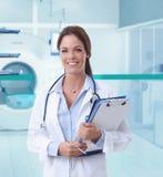 女性医生在医院里MRI屋子  免版税图库摄影