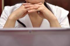 女性医生工作 免版税图库摄影