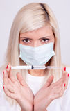 女性医生或护士拿着注射器有inje的医疗面具的 库存照片