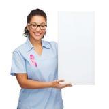 女性医生或护士有白空白的委员会的 免版税库存照片