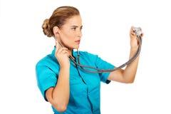 年轻女性医生或护士有stethocope的 库存照片