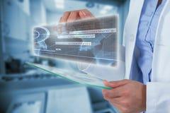 女性医生的中央部位的综合图象使用数字式片剂3d的 库存图片