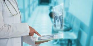 女性医生的中央部位的综合图象使用玻璃的作为有想象力的数字式片剂3d 免版税库存照片