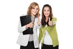 年轻女性医生站立在她的患者旁边的,微笑 孤立 图库摄影