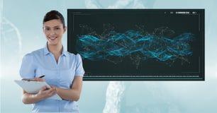 女性医生画象有站立反对脱氧核糖核酸结构的剪贴板的在背景中 免版税图库摄影