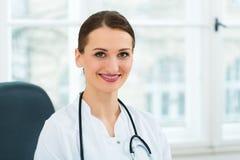年轻女性医生画象诊所的 免版税图库摄影