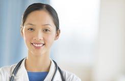 女性医生Smiling In Clinic画象  免版税图库摄影