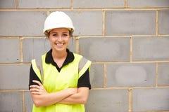 女性建筑工人画象建筑工地的 图库摄影