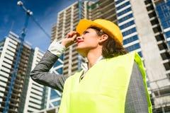 女性建筑师参观的建造场所 库存图片