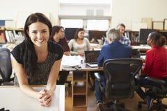 女性建筑师画象有会议的在背景中 免版税库存图片