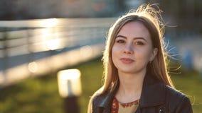 年轻女性画象有户外羞怯的微笑的 股票录像