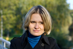 女性10月公园年轻人 免版税库存图片