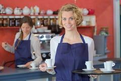 女性barista服务饮料 免版税库存照片