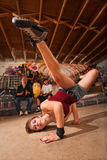 女性Capoeira执行者踢 免版税图库摄影