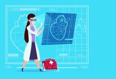 女性Cardiologist Examining Digital Heart医生穿戴虚拟现实玻璃诊所工作者医院 库存照片