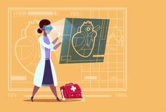 女性Cardiologist Examining Digital Heart医生穿戴虚拟现实玻璃诊所非裔美国人工作者 免版税库存照片