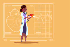 女性Cardiologist Examining Heart With医生听诊器诊所非裔美国人的工作者医院 免版税库存照片