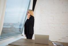 女性CEO叫与手机 库存图片