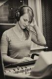 女性dj工作纵向  免版税图库摄影