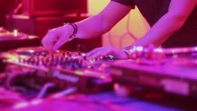 女性DJ递扭捏在专业转盘的控制 影视素材