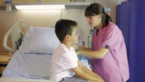 女性Examining Boy On医生医院病床 股票视频
