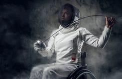 女性paralympic轮椅击剑者 免版税库存图片