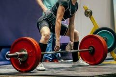 女性powerlifter为deadlift做准备 免版税库存图片