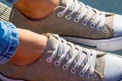 年轻女性snikers skoes 免版税库存照片
