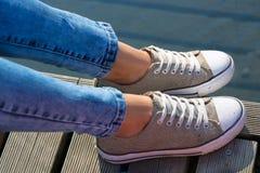 年轻女性snikers skoes 免版税图库摄影