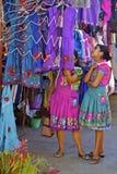 年轻女性zapotec indigenas购物 库存图片
