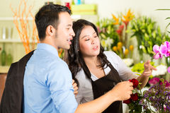 女推销员和顾客花店的 免版税库存图片