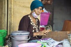 女推销员在市场上,村庄Toyopakeh,努沙Penida 6月17日 2015年印度尼西亚 免版税库存图片