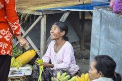 女推销员在市场上,村庄Toyopakeh,努沙Penida 6月17日 2015年印度尼西亚 库存照片