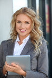 女推销员触摸板使用 免版税图库摄影