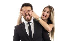 女朋友做男朋友的惊奇 她盖他的眼睛 库存照片
