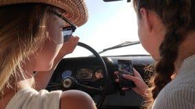 女朋友在减速火箭的汽车的机动性做selfie照片 股票录像