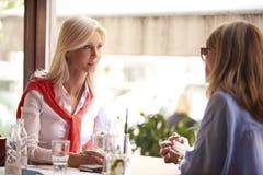 女朋友在咖啡店 免版税图库摄影