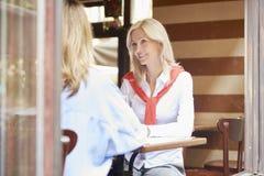 女朋友在咖啡店 免版税库存照片