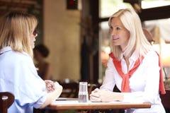 女朋友在咖啡店 免版税库存图片