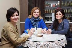 女朋友在咖啡馆的40年 免版税图库摄影