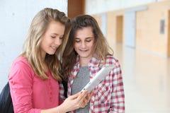 女朋友在学校大厅里 免版税库存照片
